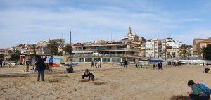 Unes 300 persones netegen la platja de plàstics i altres residus - Social -