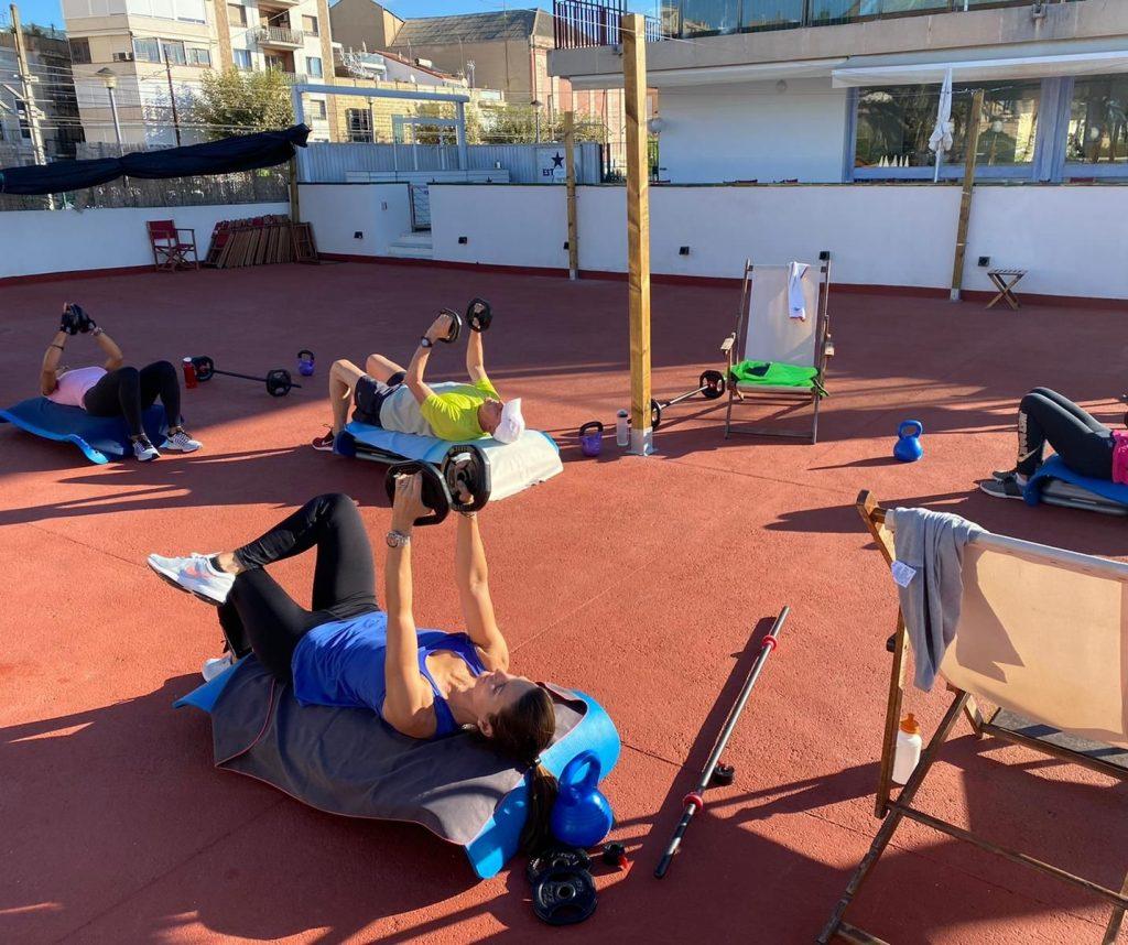 area esportiva, fitness, exterior, peses, musculació, activitat dirigida, cnem