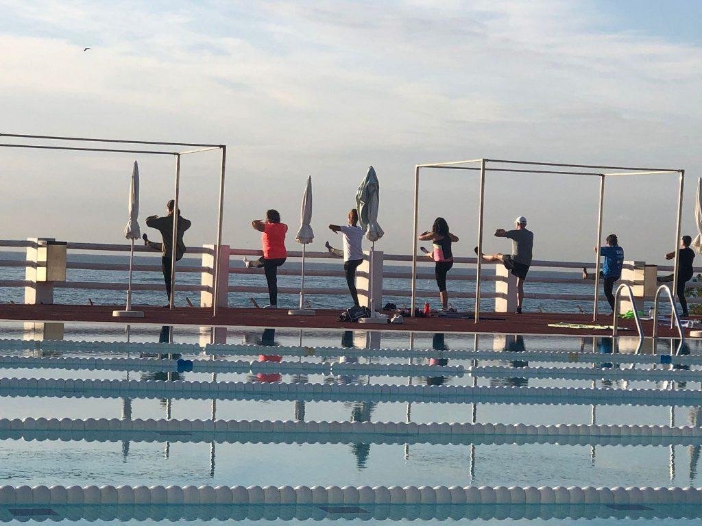 area esportiva, fitness, piscina, exterior, activitat dirigida